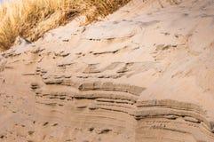 Lagen van zand bij een Nederlands duin stock afbeelding