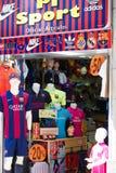 Lager av dräkt och souvenir med FC Barcelonasymbolics Arkivfoto