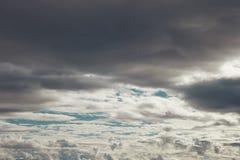 Lager av gråa och vita cloudes över blå himmel royaltyfri bild