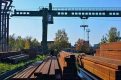 Lager av metallprodukter, metall, på bakgrunden av en lastningsbryggakran på en industriell plats arkivbilder