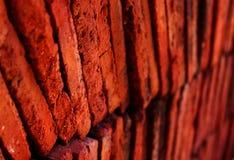 Lager av röd terrakotta belägger med tegel closeupfotoet Arkivbild