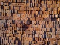 Lager av tegelstenar som används, i konstruering av traditionella hus i Indonesien, smattrande och texturer, yttersidor, sömlös m royaltyfria bilder