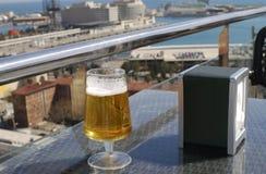 Lager Beer al caffè con la vista. Barcellona. La Spagna fotografia stock