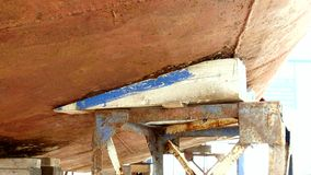 Lager deel van schip roestig metaal bij scheepswerf in haven van Moskou stock video