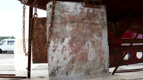 Lager deel van schip roestig metaal bij scheepswerf in haven van Moskou stock footage