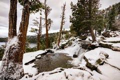 Lager Eagle valt op een bewolkte de winterdag, een Smaragdgroen baai en een Meer Tahoe zichtbaar op de achtergrond stock foto's