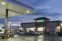lager 7-Eleven och bensinstation Royaltyfria Foton