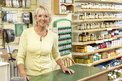 lager för försäljningar för hälsa för assistentkvinnligmat Arkivfoto