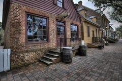 Lager för koloniinvånareWilliamsburg Millinery på skymning Arkivfoto