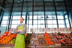 lager för livsmedelsbutikägarestående Royaltyfri Foto