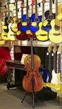 Lager för musikinstrument med gitarrer, piano, violoncell Fotografering för Bildbyråer