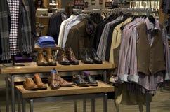 Lager för sko för kläder för manmanmode Fotografering för Bildbyråer