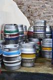 Lager Kegs o los barriles hace uno sediento imagenes de archivo