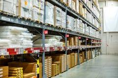 Lager lagringsrum i ett stort lager Lagt ut godset på hyllorna Arkivbilder