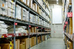 Lager lagringsrum i ett stort lager Lagt ut godset på hyllorna Royaltyfri Foto