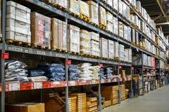 Lager lagringsrum i ett stort lager Lagt ut godset på hyllorna royaltyfria foton