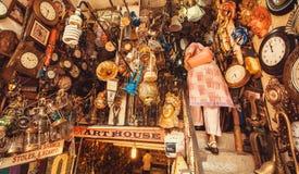 Lager med tappningmöblemang, konstobjekt och antikviteter på begagnad marknad Royaltyfri Fotografi
