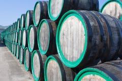Lager mit Weinfässern mit Madeira draußen Stockfoto