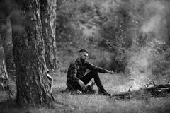 Lager oder kampierendes Konzept Kerl mit müdem Gesicht und einsames am Picknick oder am Grill Lizenzfreies Stockbild