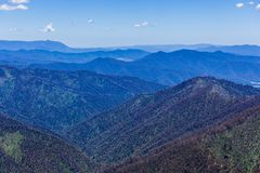 Lager på lager av berg hela vägen till horisonten Royaltyfri Foto