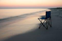 Lager-Stuhl auf dem Seeufer Stockfotografie