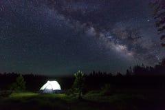Lager unter den Sternen lizenzfreie stockfotos