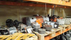 Lager von Ersatzteilen in der Autosorgfaltmitte Lager mit Teilen für Autos Autoteilablagerungsspeicher Abbau des Yard Lizenzfreies Stockfoto