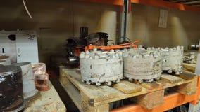 Lager von Ersatzteilen in der Autosorgfaltmitte Lager mit Teilen für Autos Autoteilablagerungsspeicher Abbau des Yard Stockfotografie