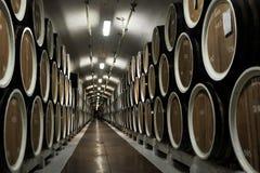 Lager von Weinfässern an der Weinkellerei Stockfoto