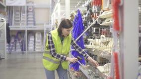 Lagerarbeitskraft leitet Buchhaltung mit Barcodescanner stock footage
