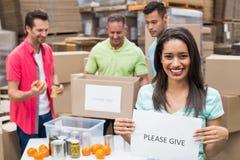 Lagerarbetare som packar upp donationaskar Royaltyfri Fotografi