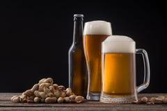 Lagerbierbier en snack stock foto's