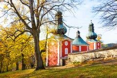 Lagere kerk van Calvary in Banska Stiavnica tijdens de herfst, Unesco SLOWAKIJE royalty-vrije stock foto's