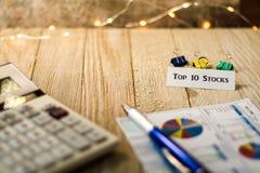 Lagerför topp 10 motivational begrepp på träbräde Arkivfoton
