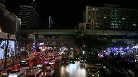 Lagerföra bilar för videomaterial 1920x1080 1080p HDV på huvudvägen, nattljus av Bangkok som iscensätter linjer för strukturBTS S lager videofilmer