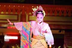 Lagerföra bilden av en härlig malajiska kvinna med den traditionella torkduken som utför en dans Royaltyfri Fotografi
