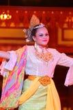 Lagerföra bilden av en härlig malajiska kvinna med den traditionella torkduken som utför en dans Arkivbilder