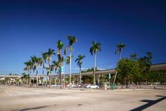 Lagerföra bilden i stadens centrum Miami på den Biscayne boulevarden och den Flagler stren Arkivbild