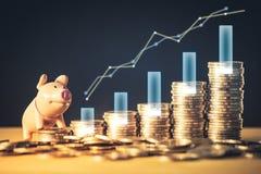 Lagerföra den finansiering- eller pengarbesparinggrafen och spargrisen på mynt Bakgrund för affärsidéer och design Diagram för fi fotografering för bildbyråer