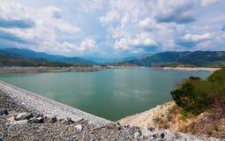 Lagerföra dricksvatten i bergen Arkivbilder