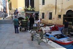 Lagerföra för shoppar avlastning i den Venedig kanalen royaltyfri fotografi