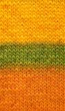 Lagerföra häftklammeren i guling-, gräsplan- och apelsinbakgrund Royaltyfri Foto