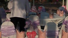 Lagerföra videomaterial 1920x1080 helgdagsaftonen av valentins dag, uppassare tjänar som, beröm på frilufts- restaurang i hotelle stock video