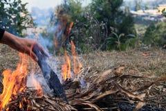 Lagerfeuer auf eine Bergkuppe Stockfotografie