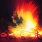 Lagerfeuer in den Bergen Lizenzfreies Stockbild