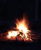 Lagerfeuer in der Nacht Stockfoto