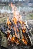 Lagerfeuer durch den See, Sommerzeit Lizenzfreies Stockbild