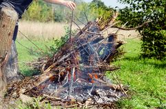 Lagerfeuer an einem sonnigen Tag Lizenzfreies Stockbild