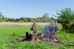 Lagerfeuer an einem sonnigen Tag Stockfotos