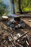 Lagerfeuer in einem Wald Stockfotos